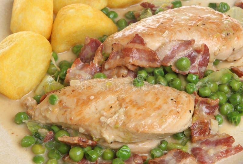 Γαλλικά κοτόπουλο χώρας & Casserole μπέϊκον στοκ φωτογραφία