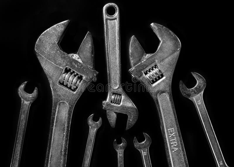 Γαλλικά κλειδιά σε ένα μαύρο υπόβαθρο στοκ φωτογραφίες