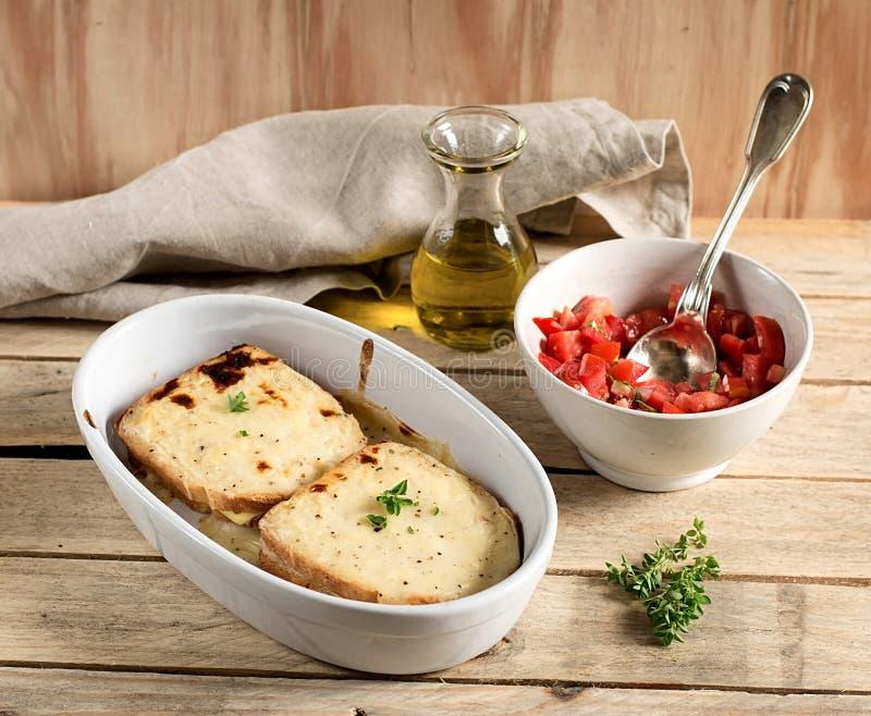 Γαλλικά σάντουιτς croque-Monsieur με τη σάλτσα bechamel στοκ φωτογραφία με δικαίωμα ελεύθερης χρήσης