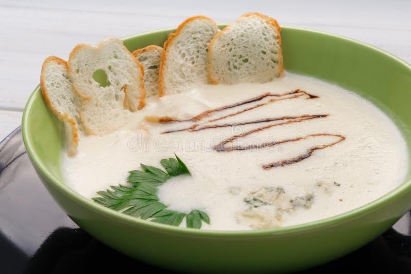 Γαλλικά τρόφιμα εστιατορίων κουζίνας Καυτό πιάτο, κρεμώδης σούπα μανιταριών στοκ εικόνα με δικαίωμα ελεύθερης χρήσης