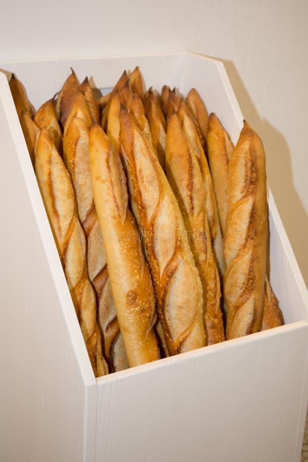 Γαλλικά baguettes στο άσπρο καλάθι στο αρτοποιείο στοκ εικόνες