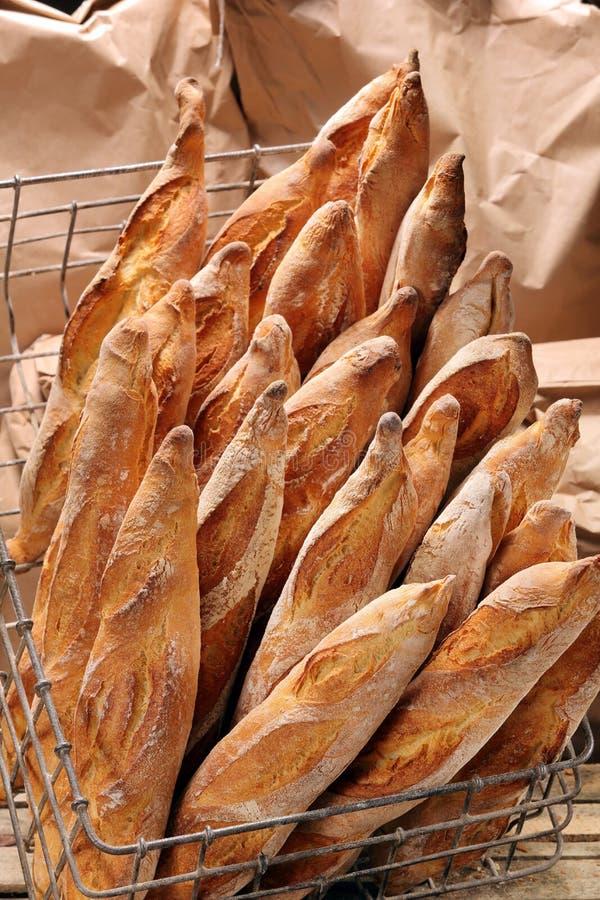 Γαλλικά baguettes στο καλάθι μετάλλων στο αρτοποιείο στοκ εικόνα