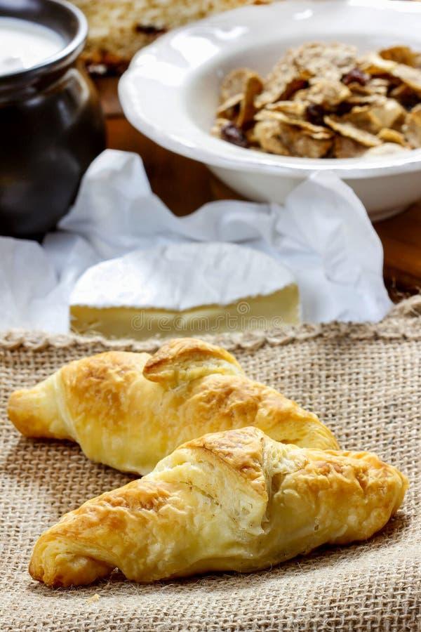 Γαλλικά croissants στην πετσέτα γιούτας στοκ φωτογραφίες