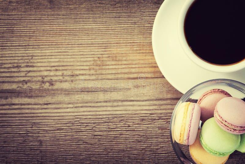Γαλλικά macarons και ένα φλυτζάνι του coffe στοκ εικόνες