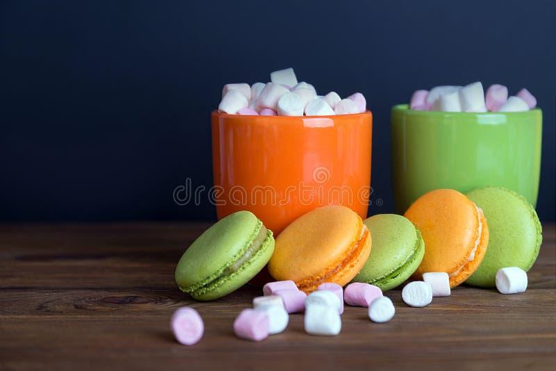 Γαλλικά macaroons και marshmellow στα σκοτεινά χρώματα στοκ φωτογραφίες με δικαίωμα ελεύθερης χρήσης