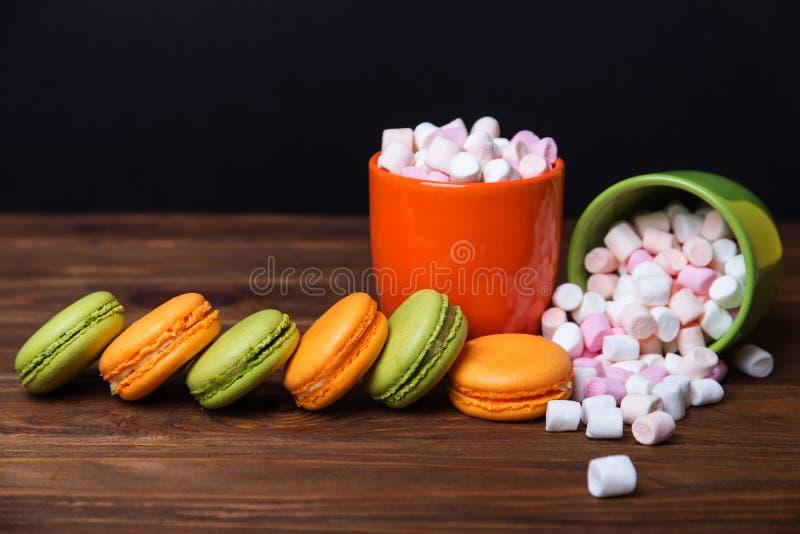 Γαλλικά macaroons και marshmellow στα σκοτεινά χρώματα στοκ φωτογραφία