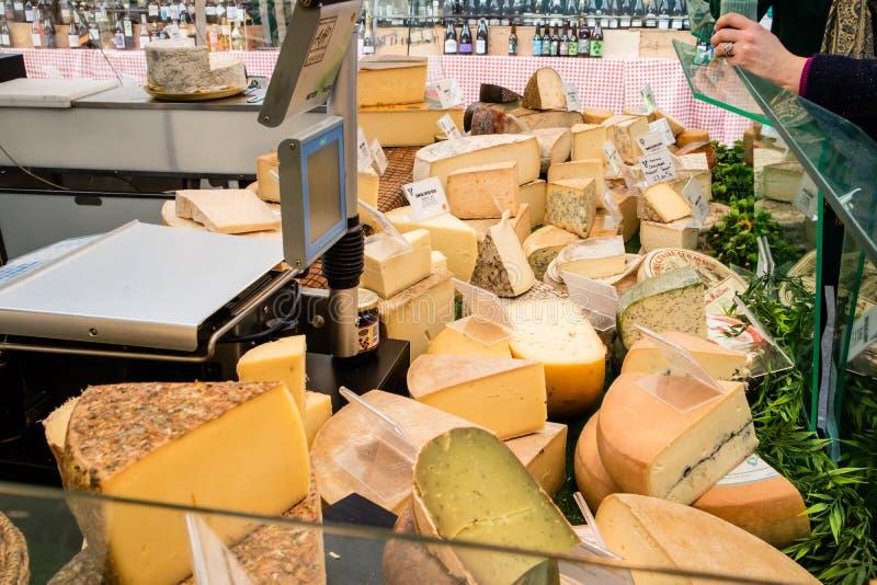 Γαλλικές ειδικότητες τυριών σε μια αγορά στάβλων στη Γαλλία στοκ εικόνες