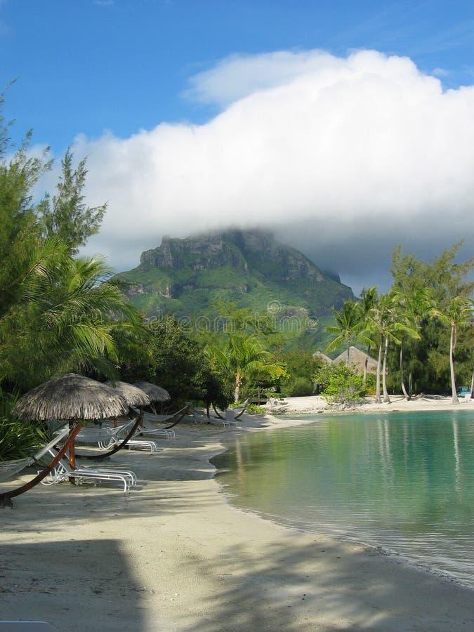 Γαλλική άποψη Polinesia λιμνοθαλασσών σχετικά με το βουνό στοκ εικόνα