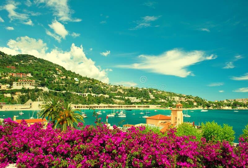 Γαλλική ακτή λουλουδιών, άποψη της μικρής πόλης κοντά στη Νίκαια και το Μονακό στοκ εικόνα