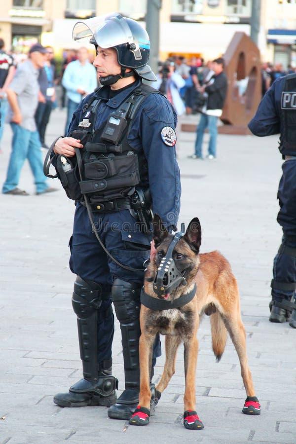 Γαλλικός αστυνομικός με το σκυλί στη Μασσαλία στοκ φωτογραφία με δικαίωμα ελεύθερης χρήσης