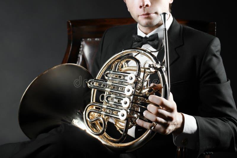Γαλλικός φορέας κέρατων με το όργανο στοκ φωτογραφία με δικαίωμα ελεύθερης χρήσης