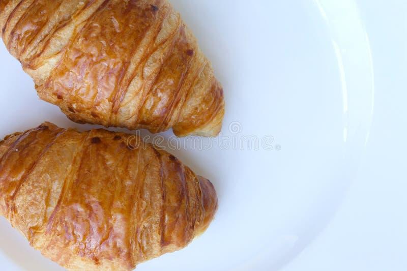 Γαλλικός croissant σε ένα άσπρο πιάτο στοκ φωτογραφία με δικαίωμα ελεύθερης χρήσης