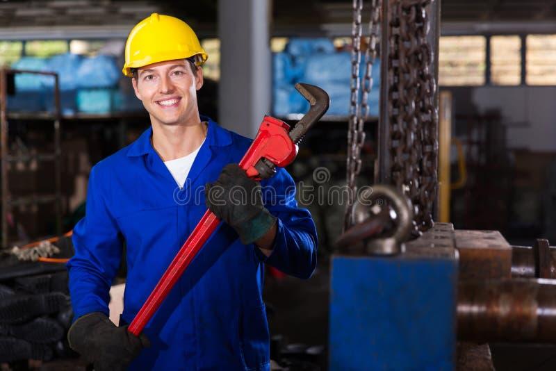 Γαλλικό κλειδί πιθήκων εργαζομένων στοκ εικόνα