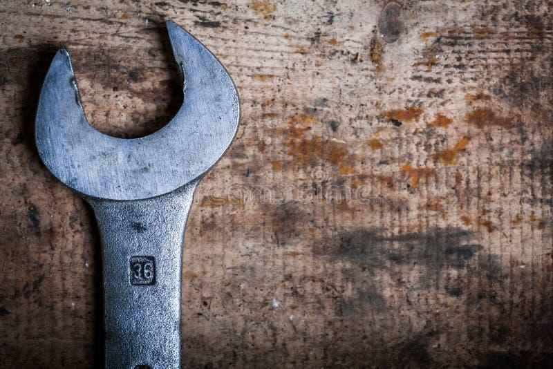 Γαλλικό κλειδί στην ξύλινη σανίδα στοκ εικόνα με δικαίωμα ελεύθερης χρήσης