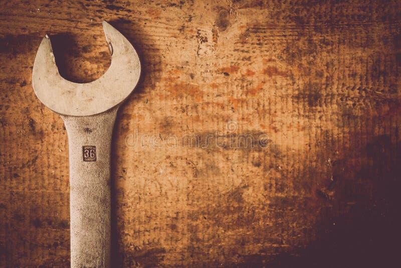Γαλλικό κλειδί στην ξύλινη σανίδα στοκ εικόνες