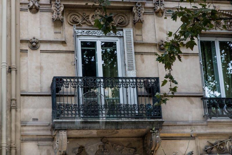 Γαλλικό μπαλκόνι να ενσωματώσει το Παρίσι στοκ φωτογραφίες