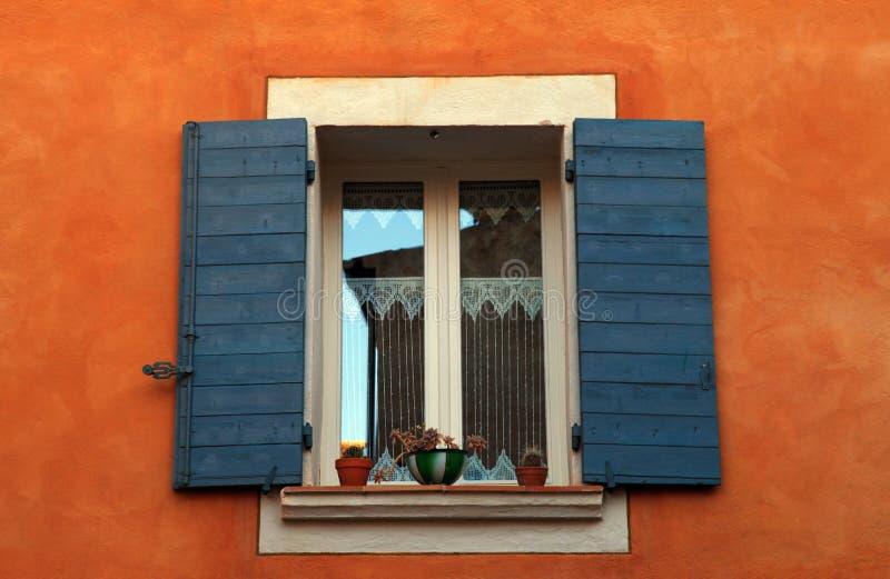 Γαλλικό παράθυρο με τα μπλε παραθυρόφυλλα, Προβηγκία, Γαλλία. στοκ εικόνα