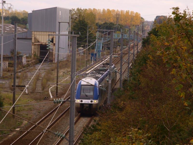 Γαλλικό τραίνο στην επαρχία στοκ εικόνες με δικαίωμα ελεύθερης χρήσης