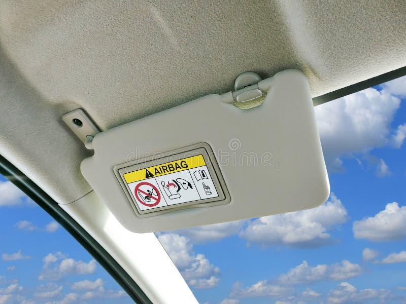 Γείσο ήλιων αυτοκινήτων και προειδοποιητικά σημάδια του συστήματος αερόσακων στο αυτοκίνητο στοκ φωτογραφίες με δικαίωμα ελεύθερης χρήσης