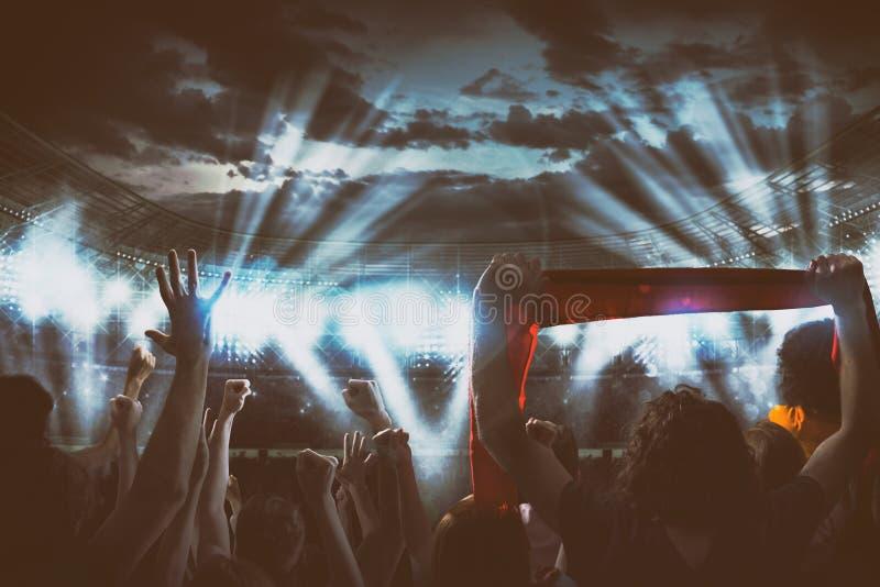 Γεγονός νύχτας με τους ανεμιστήρες ξέφρενους στο στάδιο για μια ζωντανή συναυλία κάτω από τους προβολείς στοκ φωτογραφία με δικαίωμα ελεύθερης χρήσης