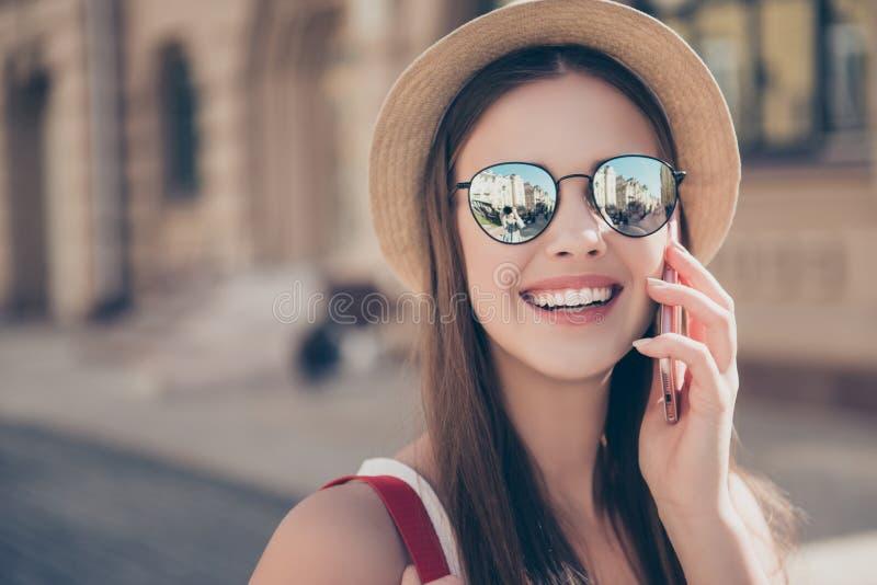 Γειά σου από το καλοκαίρι! Ο νέος όμορφος τουρίστας είναι talikg στον κινητό, στοκ εικόνες