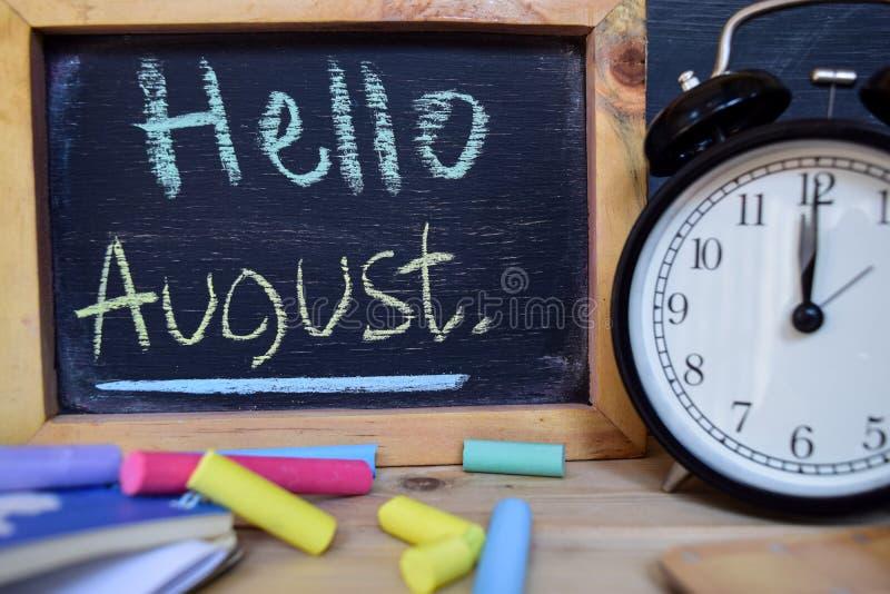 Γειά σου Αύγουστος πίσω στη σχολική έννοια στοκ εικόνες