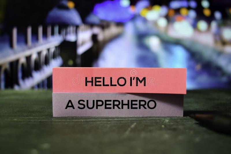 Γειά σου είμαι ένα Superhero στις κολλώδεις σημειώσεις με το υπόβαθρο bokeh στοκ εικόνα με δικαίωμα ελεύθερης χρήσης