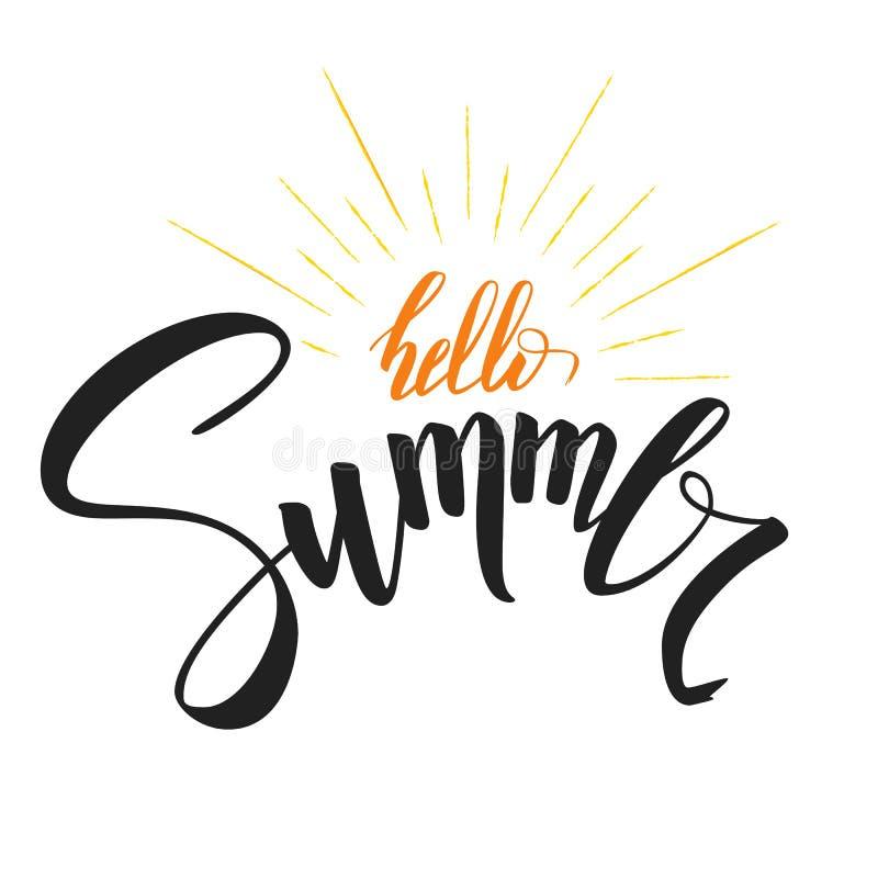 Γειά σου καλοκαίρι, χειρόγραφο κείμενο με το σύμβολο των ακτίνων ήλιων Συρμένη χέρι εγγραφή μανδρών καλλιγραφίας και βουρτσών Πρό διανυσματική απεικόνιση