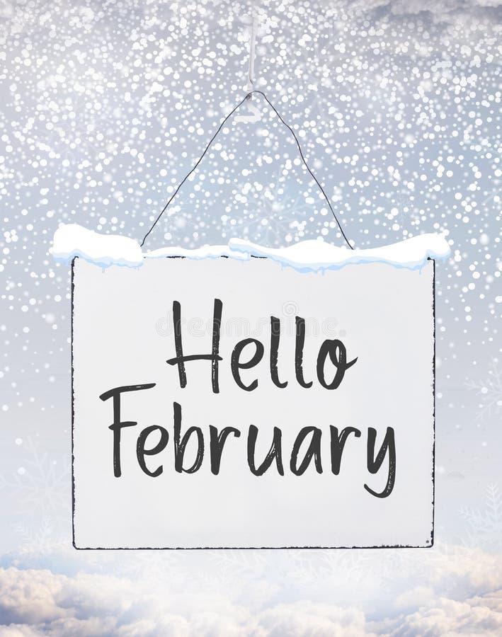 Γειά σου κείμενο Φεβρουαρίου στο άσπρο έμβλημα πινάκων πιάτων με το κρύο χιόνι φ στοκ εικόνες με δικαίωμα ελεύθερης χρήσης