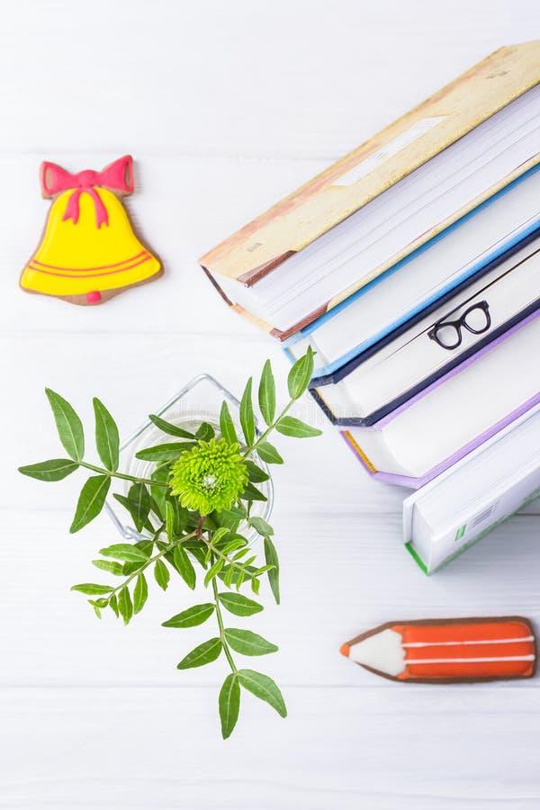 Γειά σου, Σεπτέμβριος Βιβλία, γυαλιά σελιδοδεικτών, μελόψωμο και χρυσάνθεμο σε ένα άσπρο ξύλινο υπόβαθρο Τοπ όψη στοκ φωτογραφία με δικαίωμα ελεύθερης χρήσης