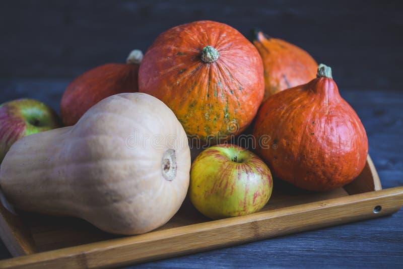 Γειά σου, φθινόπωρο Πορτοκαλί φύλλωμα φθινοπώρου μήλων κολοκυθών σε ένα ξύλινο υπόβαθρο στοκ φωτογραφίες με δικαίωμα ελεύθερης χρήσης
