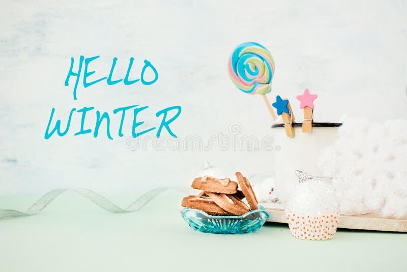 Γειά σου χειμερινό έμβλημα με το δώρο σωρών μπισκότων, εορταστικό χειμερινό ντεκόρ Χριστουγέννων στοκ φωτογραφίες με δικαίωμα ελεύθερης χρήσης