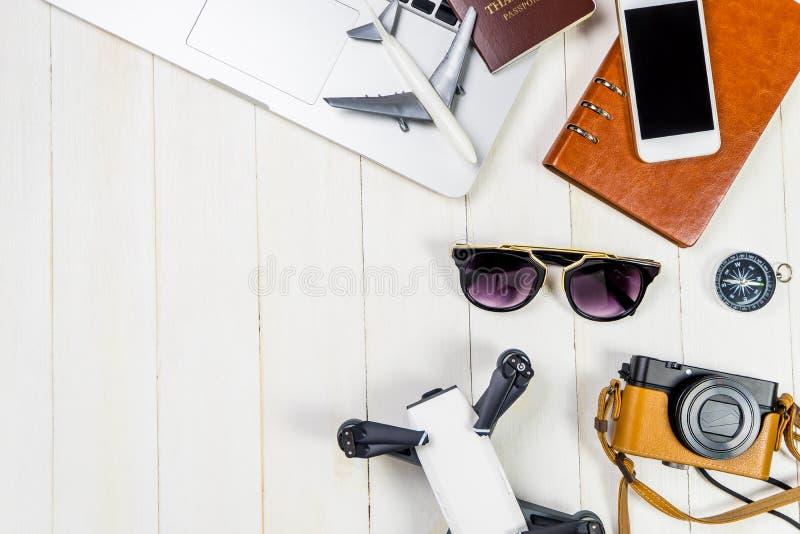 Γεια αντικείμενα και συσκευές ταξιδιού τεχνολογίας για το σύγχρονο ταξιδιώτη με άσπρο ξύλινο στοκ φωτογραφία