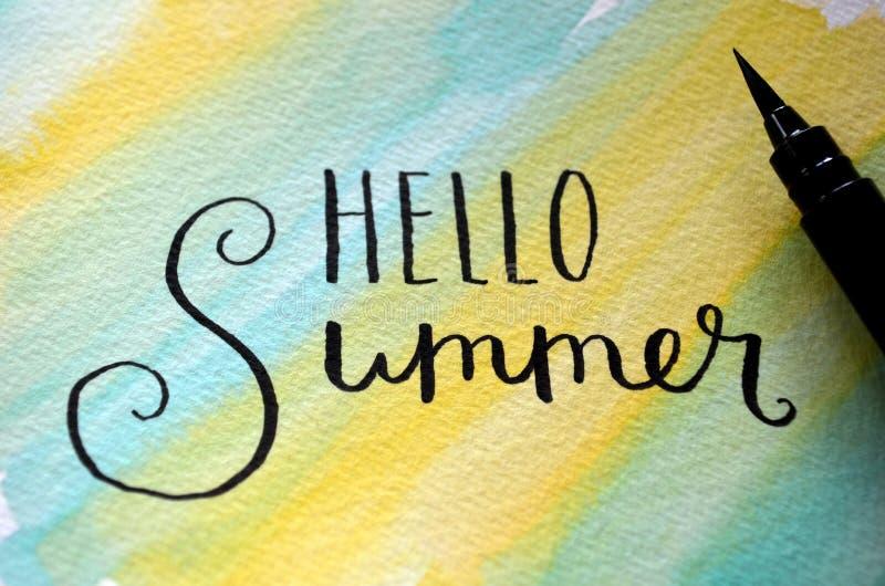 ` ΓΕΙΑ ΣΟΥ ΚΑΛΟΚΑΙΡΙ ` χέρι-που γράφεται στο summery υπόβαθρο watercolor διανυσματική απεικόνιση