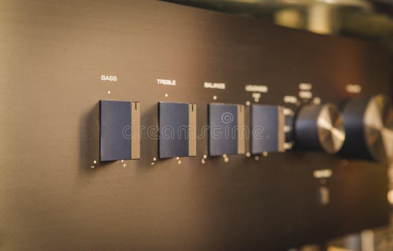 Γεια Fi Μεσαίο υψηλής πιστότητας σύστημα με το μηχάνημα αναπαραγωγής CD και τον ενισχυτή, Καίμπριτζ ακουστικά 651A και 351C στοκ φωτογραφία