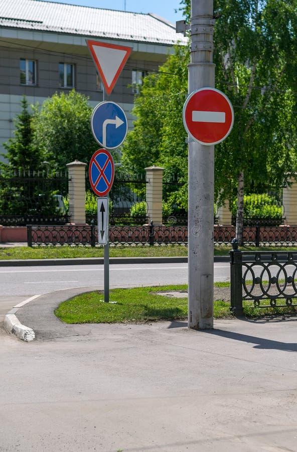 Γελειότητα, αντίφαση των οδικών σημαδιών στην οδό πόλεων στοκ φωτογραφίες με δικαίωμα ελεύθερης χρήσης