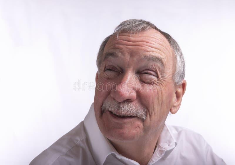 Γελώντας ανώτερο άτομο στο άσπρο υπόβαθρο στοκ φωτογραφίες