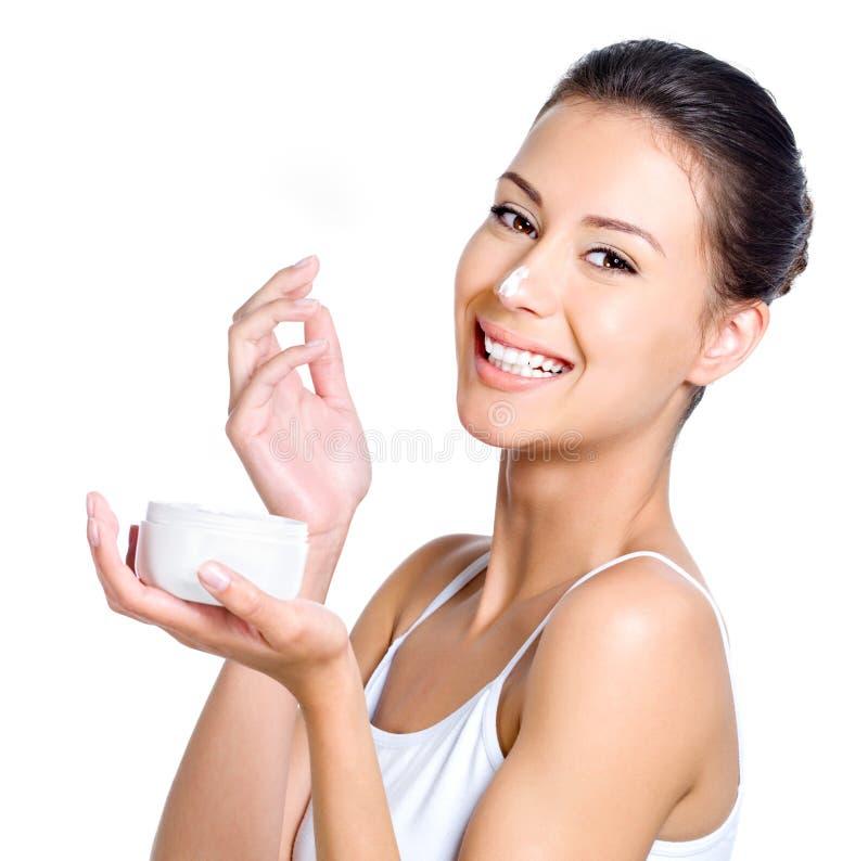 Γελώντας γυναίκα με την κρέμα στη μύτη της στοκ φωτογραφίες