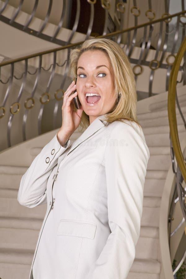 Download γελώντας γυναίκα τηλεφ&omeg Στοκ Εικόνες - εικόνα από αρκετά, κυψελοειδής: 13179192