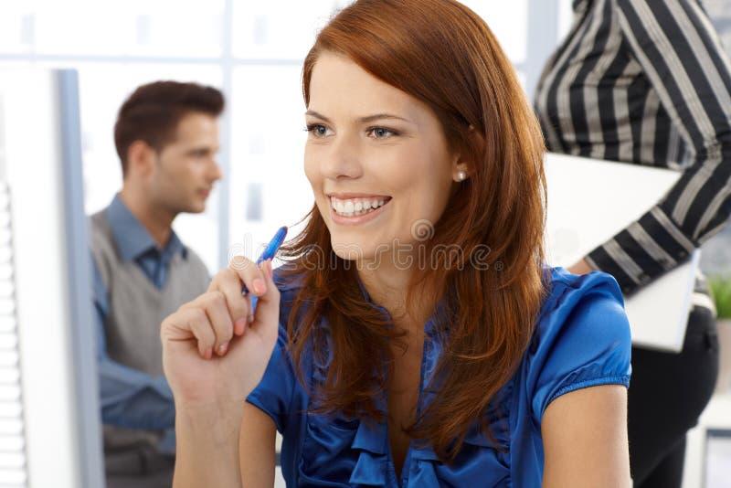 Γελώντας εργαζόμενη γυναίκα γραφείων στοκ εικόνες