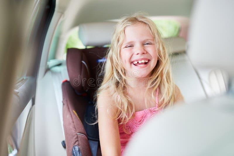 Γελώντας κορίτσι στο κάθισμα παιδιών στο αυτοκίνητο στοκ φωτογραφίες με δικαίωμα ελεύθερης χρήσης