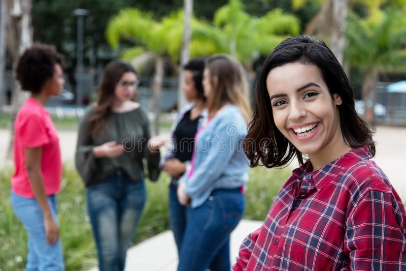 Γελώντας μεξικάνικη νέα ενήλικη γυναίκα με τις φίλες στοκ φωτογραφία με δικαίωμα ελεύθερης χρήσης