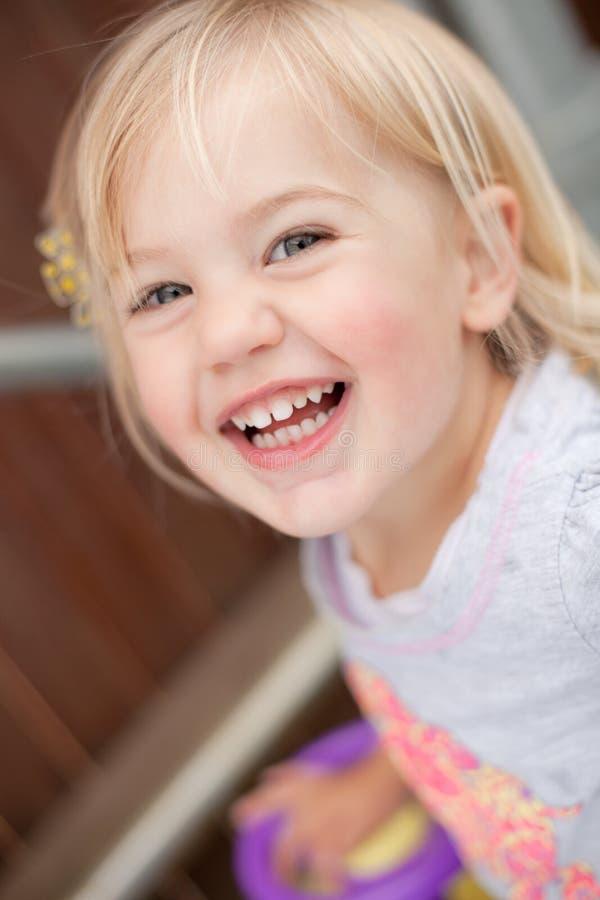 γελώντας μικρό παιδί στοκ φωτογραφία