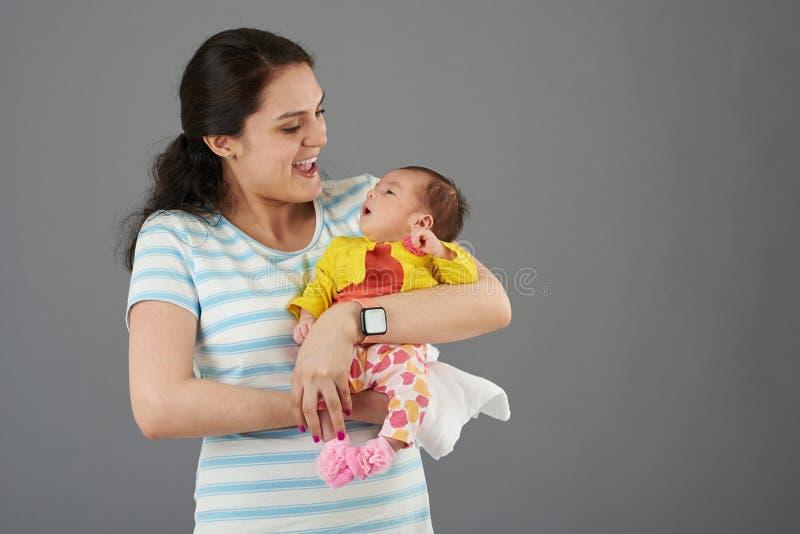 Γελώντας νέα μητέρα στοκ φωτογραφία με δικαίωμα ελεύθερης χρήσης