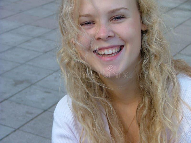 γελώντας νεολαίες γυν&alp στοκ φωτογραφία με δικαίωμα ελεύθερης χρήσης