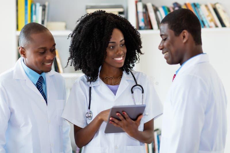 Γελώντας ομάδα των γιατρών αφροαμερικάνων στοκ εικόνες με δικαίωμα ελεύθερης χρήσης