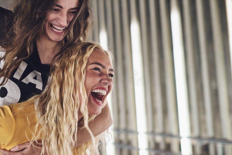 Γελώντας φίλοι που περνούν καλά μαζί στην πόλη στοκ φωτογραφίες με δικαίωμα ελεύθερης χρήσης