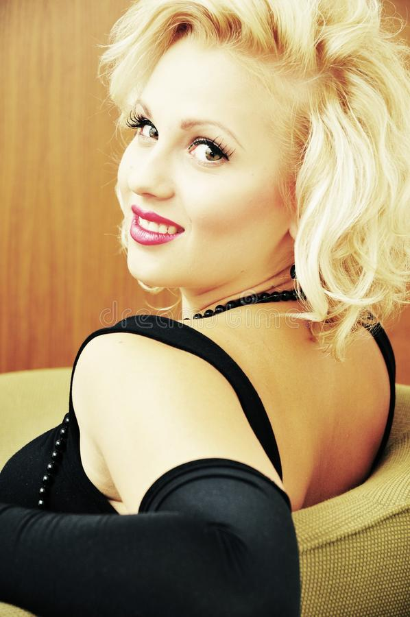 Download γελώντας όμορφη γυναίκα πορτρέτου Στοκ Εικόνα - εικόνα από καυτός, δίκαιος: 22786523