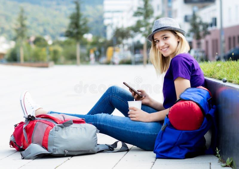 Γελώντας backpacker γυναίκα που ταξιδεύει μόνο στοκ φωτογραφίες