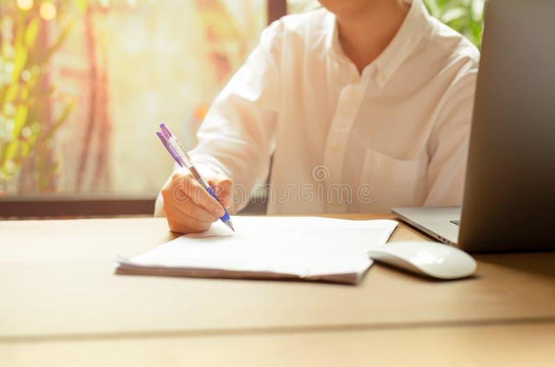 Γεμίζοντας σύμβαση μορφής εγγράφων χεριών με το lap-top ένα ποντίκι στον ξύλινο πίνακα στοκ φωτογραφίες με δικαίωμα ελεύθερης χρήσης